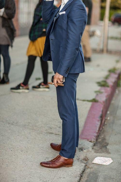 Blå kostym bruna skor