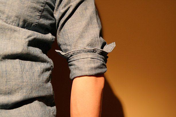Hur rullar man upp en skjortärm?