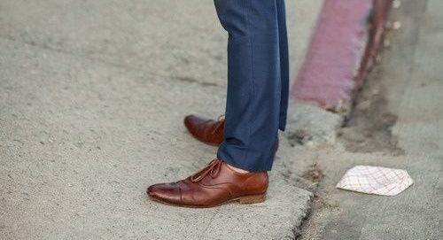 blå-kostym-bruna-skor