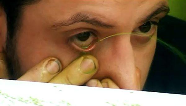 konstnär-sprutar-färg-genom-ögonen