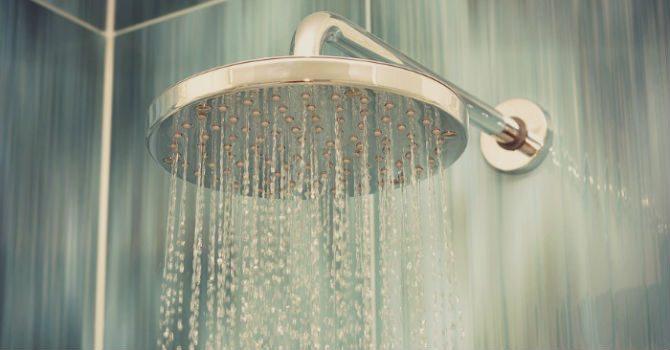 Stryka kläder i duschen