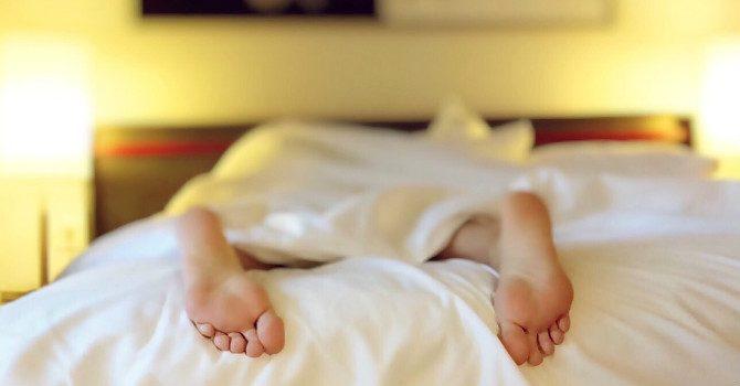 Fördelar med att sova naken säng