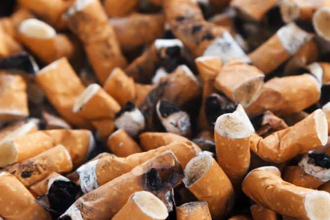 vita tänder tobak och cigaretter
