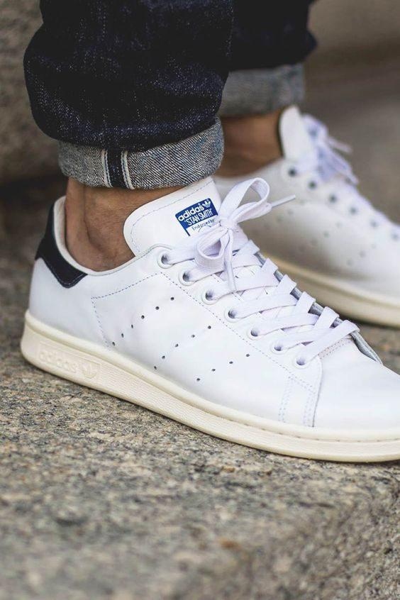 tidlösa klädesplagg vita sneakers