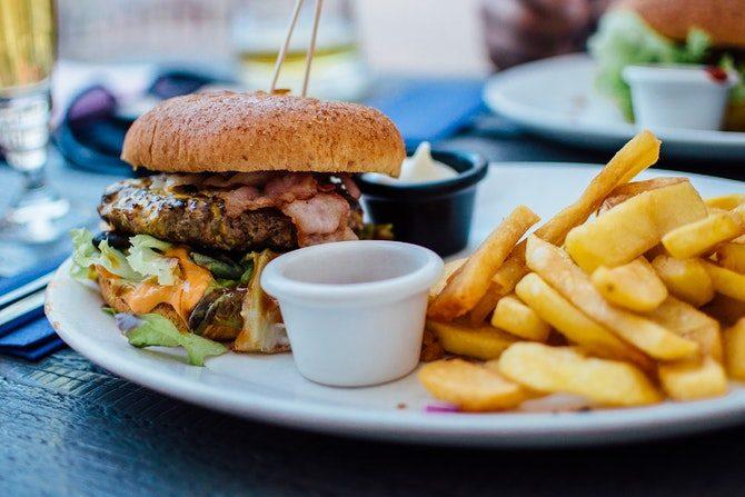äta nyttigt ute på restaurang hamburgare