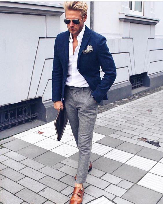 blå kavaj vit skjorta grå byxor bruna skor