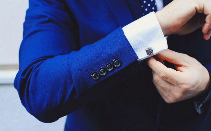 manschettknappar till blå kostym