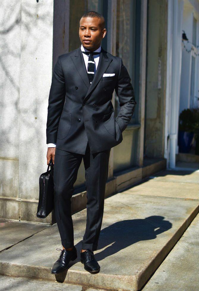 dubbelknäppt kostym mörkgrå svarta skor
