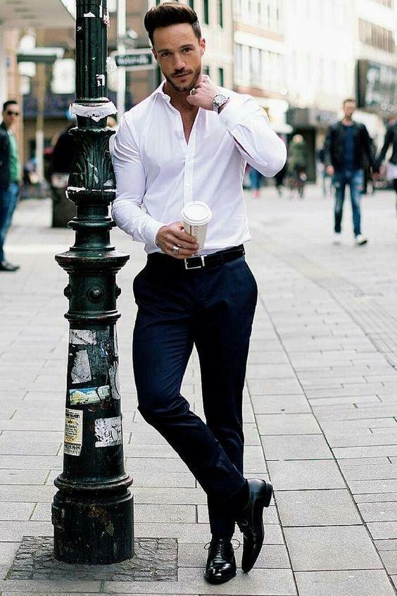 vit skjorta marinblå kostymbyxor svarta skor