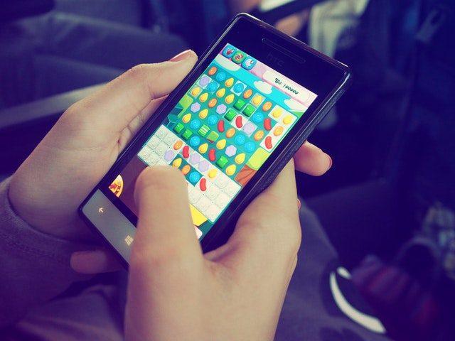 spela på mobilen