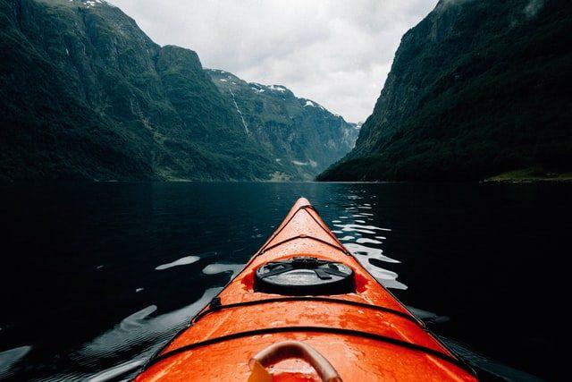 paddla kajak i en fjord